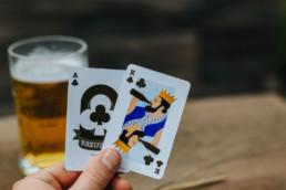 kartenspiel in der hand bier blatt