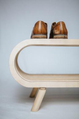 Schuhregal mit braunem paar Schuhe