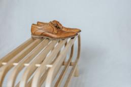 Schuhregal mit braunem Schuh
