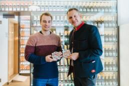 Jens und Geschäftsführer von Rothaus präsentieren Beirdeckel